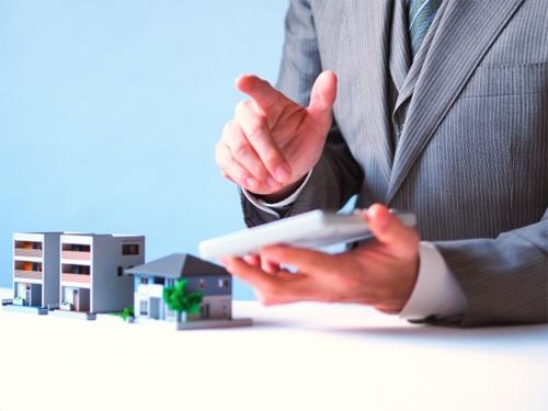共有不動産の分割と不動産取得税について相談しているイメージ