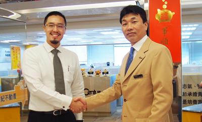 台湾本部 代表 王暐傑氏(左)