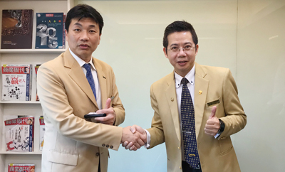民生圓環加盟店 代表 廖偉宏氏(右) と株式会社中央プロパティー代表取締役社長 松原 昌洙(左)が握手しているイメージ
